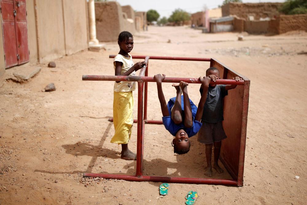 Děti si hrají na ulici v Gao, Mali