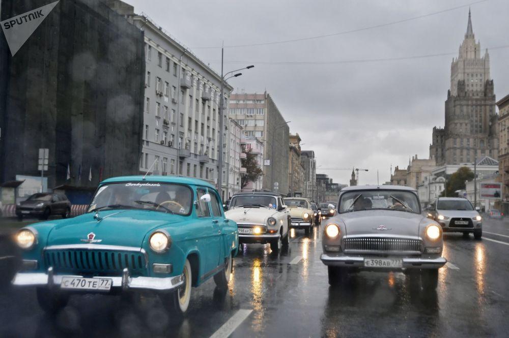 Auta GAZ-21 Volha na projížďce po moskevských ulicích v rámci ukončení letní retro sezóny