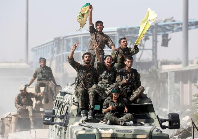 Vojáci Syrských demokratických sil slaví vítězství nad frontou DAIŠ zakázanou v Rusku, syrská Rakka