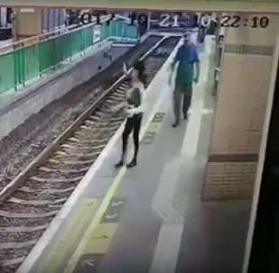 V Hongkongu muž shodil uklízečku na železniční koleje a odešel. Video