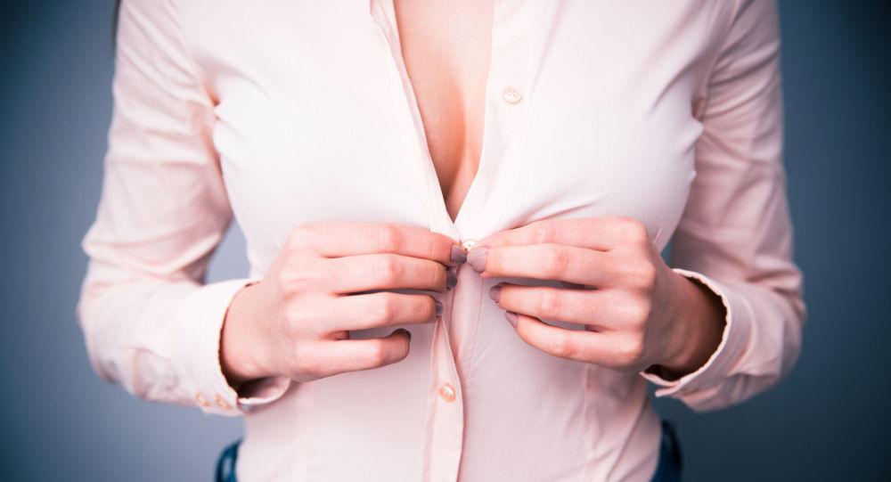 Žena si svléká halenku