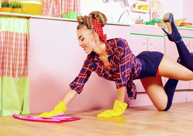 Pěkná žena myje podlahu