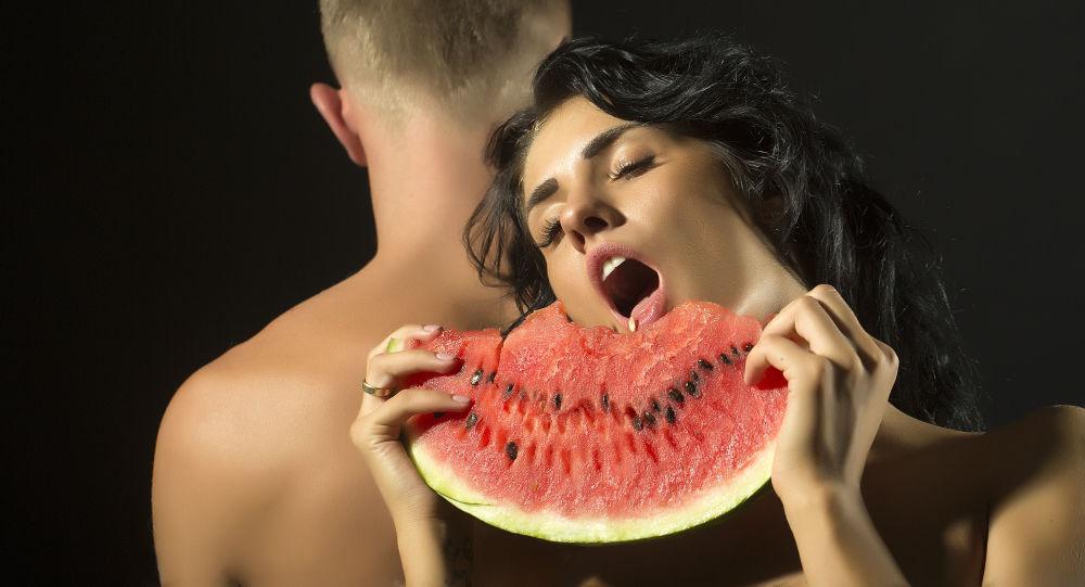 Muž a žena s melounem