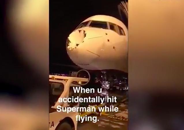 """""""Nabourali do Supermana"""": záhadný objekt poškodil letadlo v nebi nad USA"""