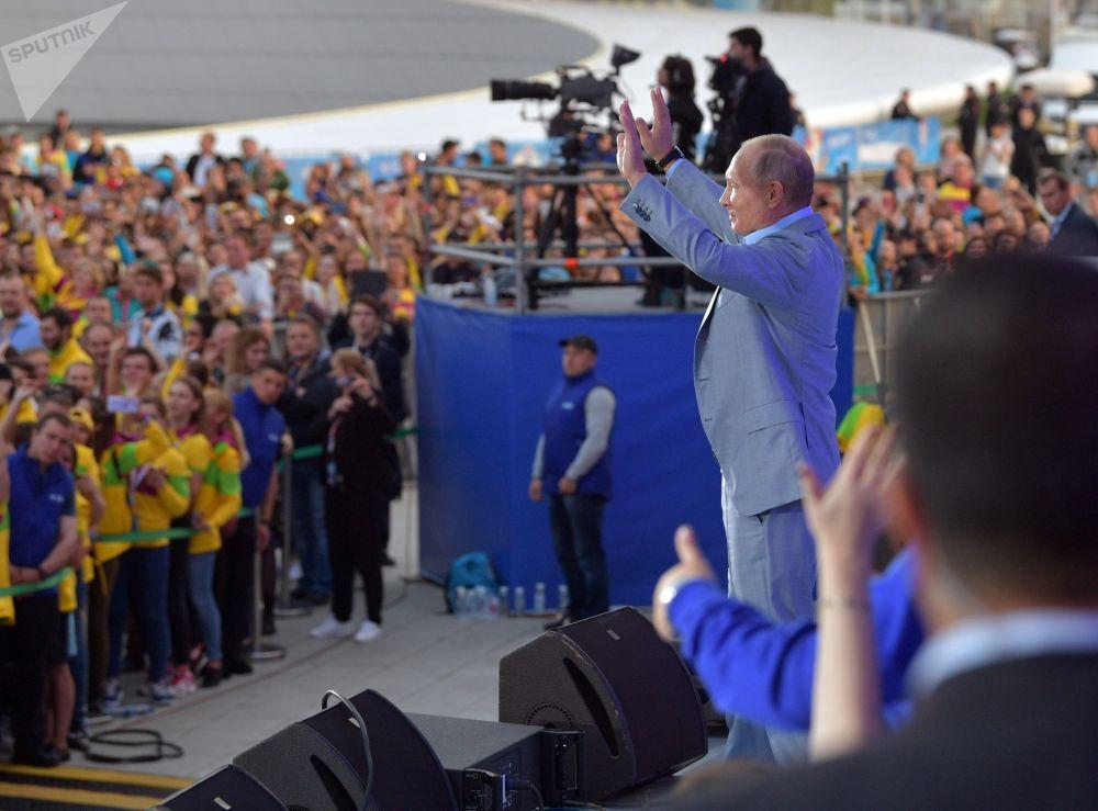 Ruský prezident Vladimir Putin vystupuje na show Rossia v rámci 19. světového festivalu mládeže a studentstva
