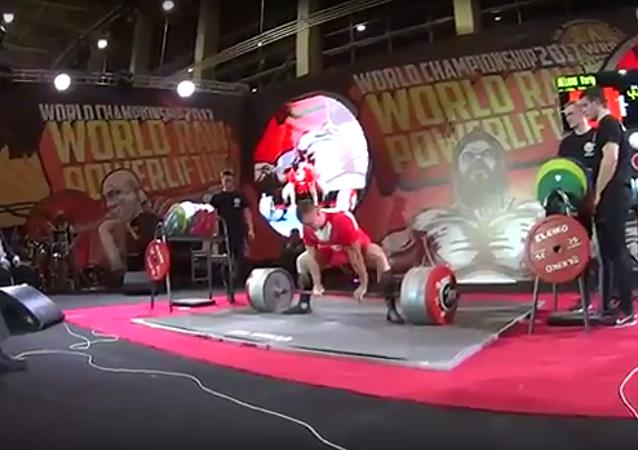 Světový rekord: Rus pozvedl činku, vážící 440 kg