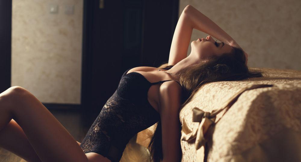 Mladá dívka v spodním prádle