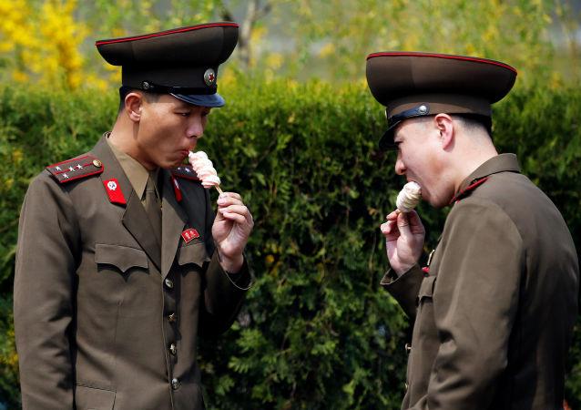 Severokorejští vojáci jedí zmrzlinu v Pchjongjangu, KLDR