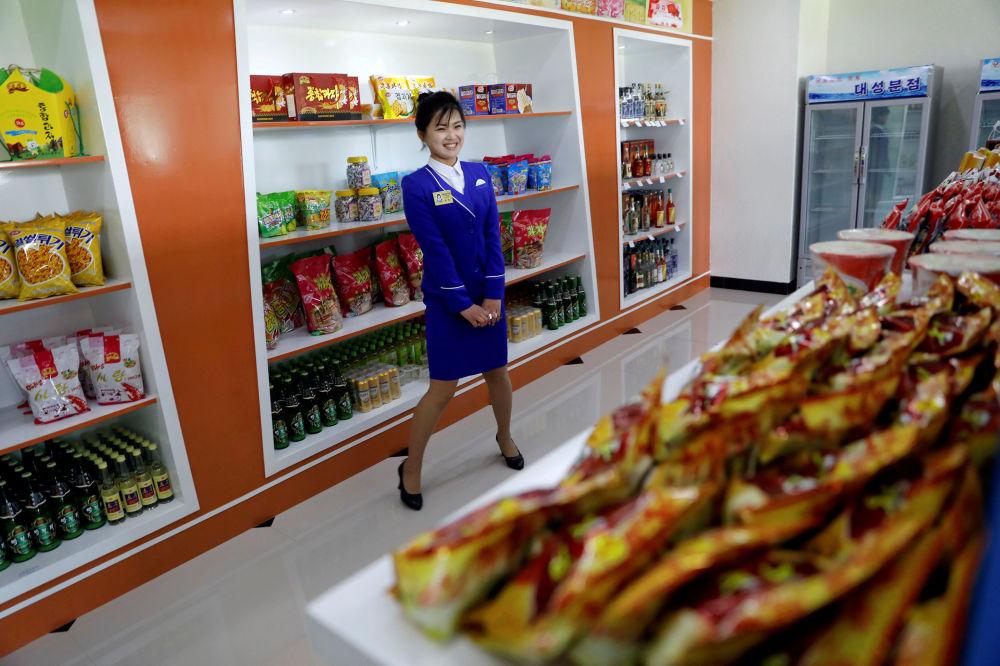Prodavačka v potravinovém obchodě v Pchjongjangu, Severní Korea