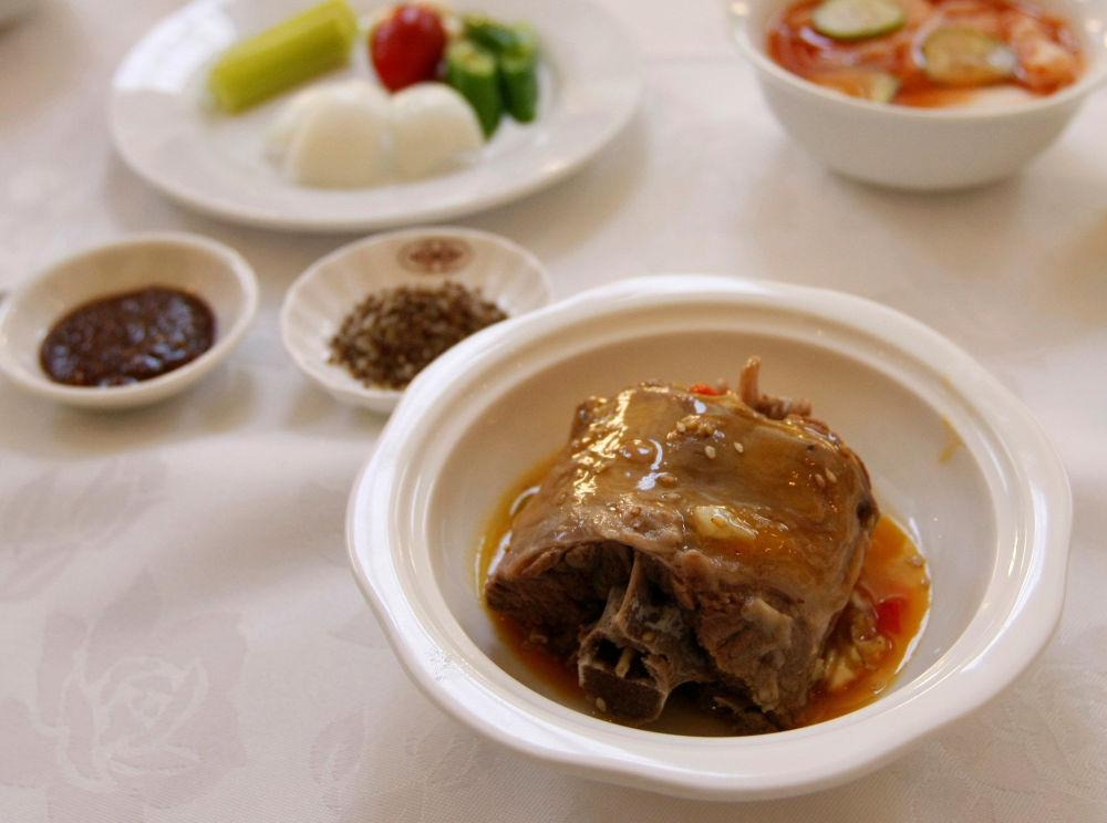 Jídlo Dan go gi z psího masa v populární pchjongjangské restauraci.