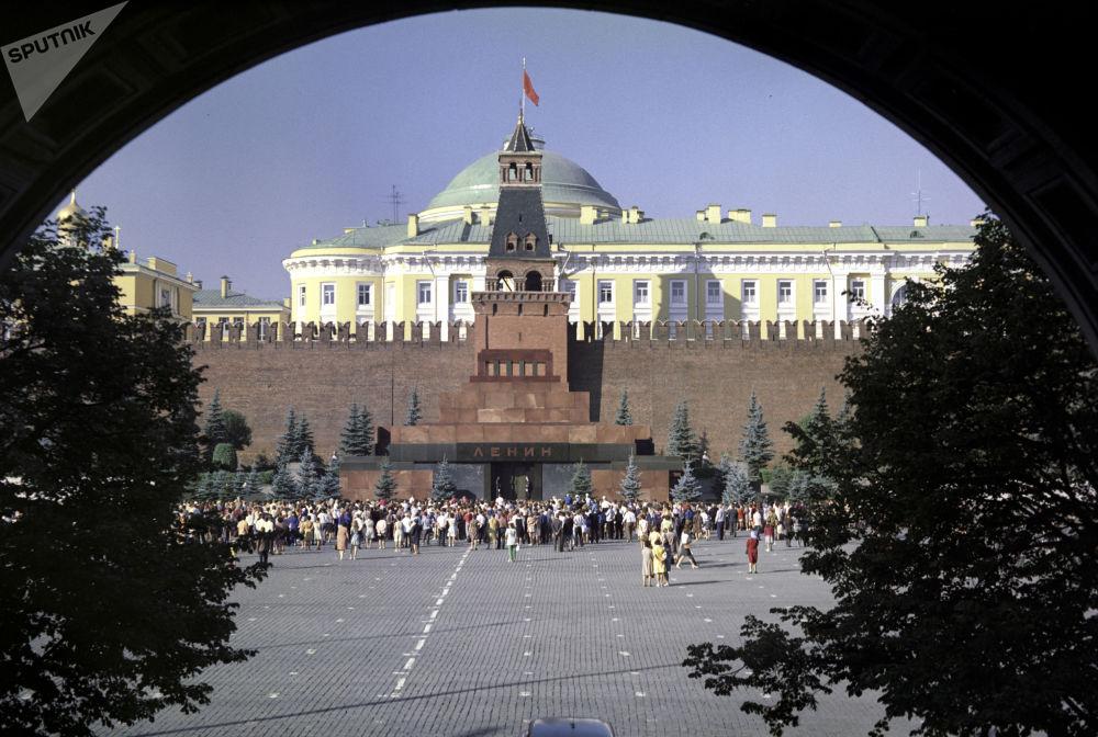 Hrobka vůdce: Leninovo mauzoleum na archívních záběrech
