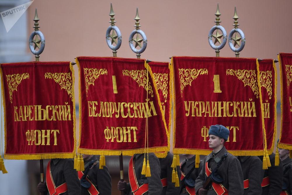 Pochod na počest 76. výročí vojenské přehlídky roku 1941