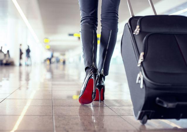Dívka s kufrem