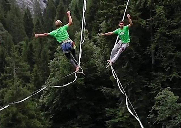 Hra se smrtí: show nad propastí ve Švýcarsku. Video