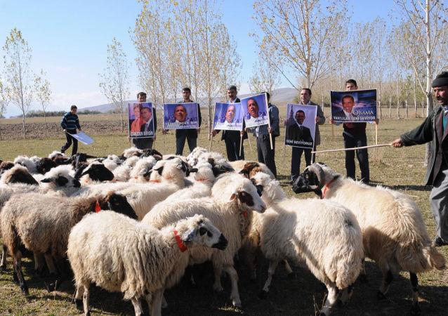Venkovští obyvatelé s portréty bývalého amerického prezidenta Baracka Obamy, Turecko