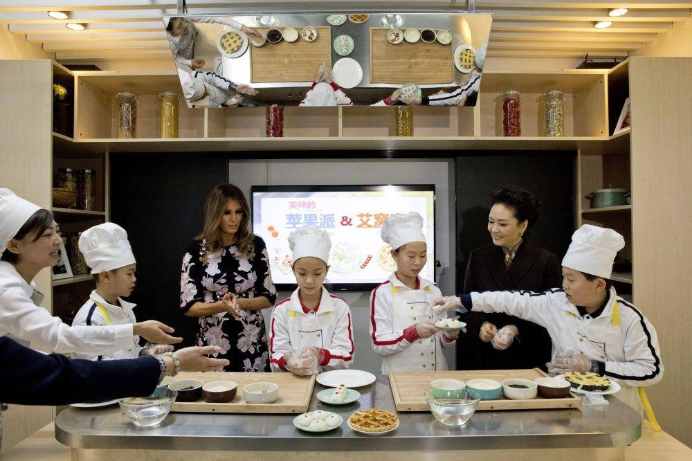 První dámy USA a Číny na hodině vaření.
