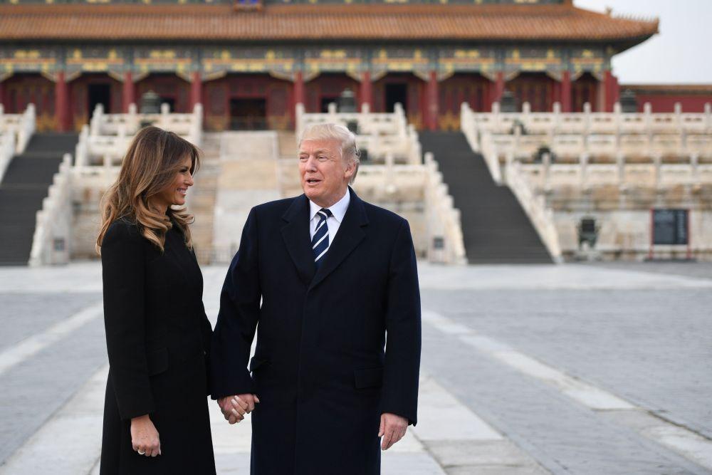 Americký prezidentský pár během návštěvy Zakázaného města.