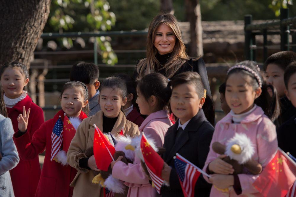 První dáma USA s dětmi během návštěvy zoo.