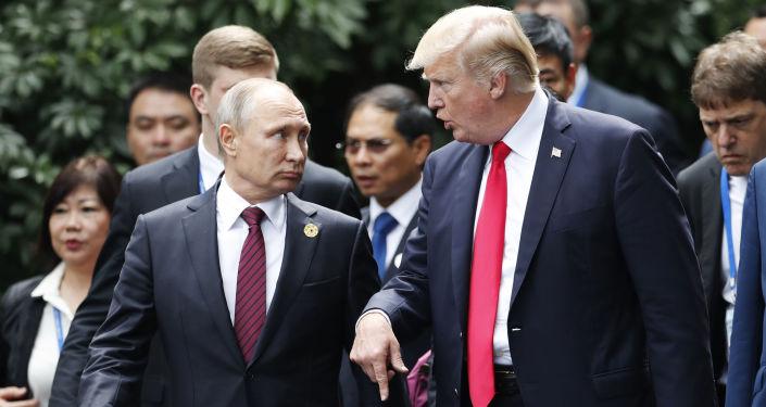 Ruský prezident Vladimir Putin a americký prezident Donald Trump během summitu APEC ve Vietnamu