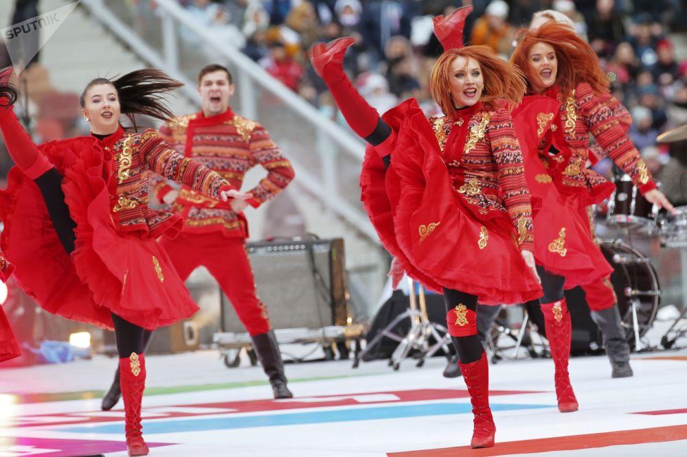 Umělci na pódiu během mítinku-koncertu Rusko sjednocuje! v Moskvě