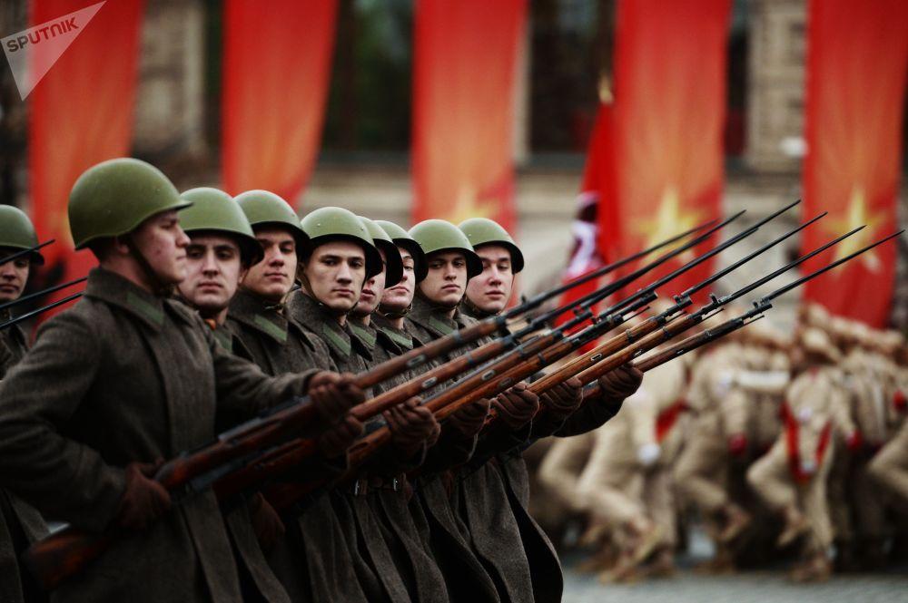 Vojáci na pochodu u příležitosti 76. výročí vojenské přehlídky 1941 na Rudém náměstí v Moskvě