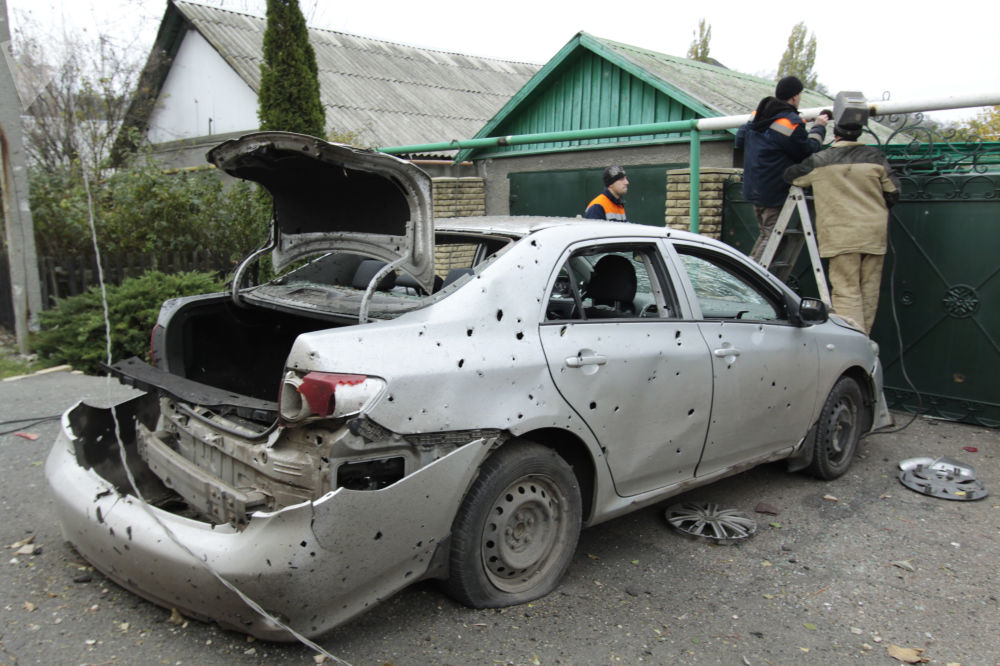 Zaměstnanci komunální služby opravují poškozené plynové potrubí v Doněcku po nočním ostřelování