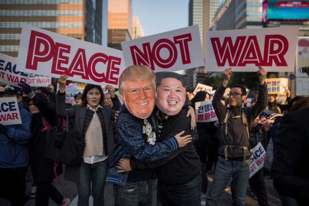 Protestní akce v Jižní Koreji na prahu návštěvy prezidenta USA Donalda Trumpa v Soulu