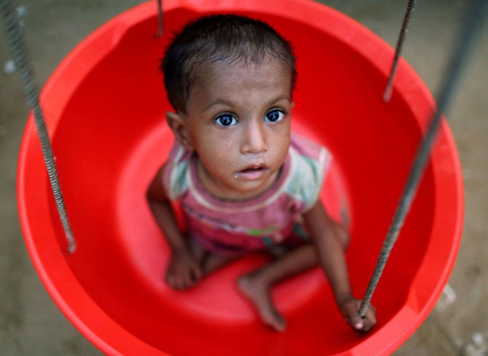 Děvčátko z běženecké rodiny Rohindžů během vážení v pohotovostním středisku v Bangladéši