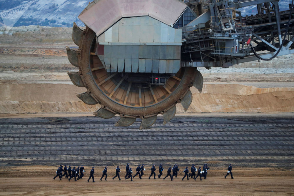 Zvláštní policejní oddíl během demonstrace proti těžbě hnědého uhlí v dolu Garzweiler v Německu