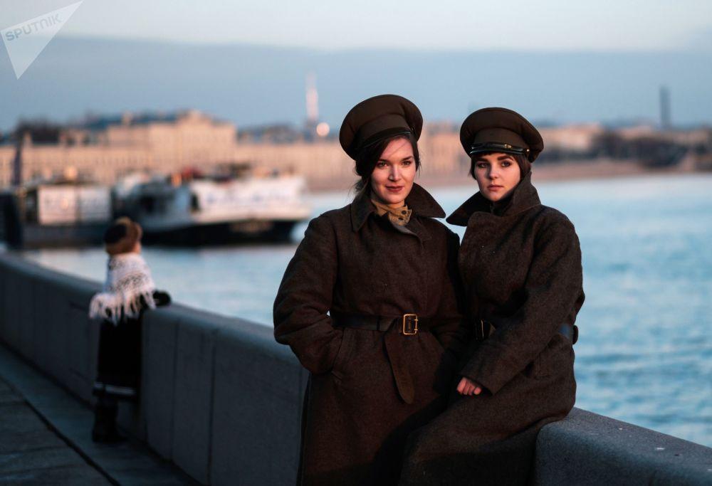 Účastnice interaktivní historické rekonstrukce Petrohrad 1917 věnované 100. výročí Říjnové revoluce, Petrohrad