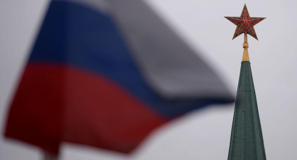 Ruská vlajka a Kreml