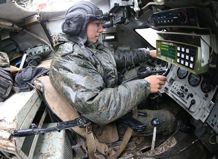 Řidič BMP-2 během cvičení Západ-2017