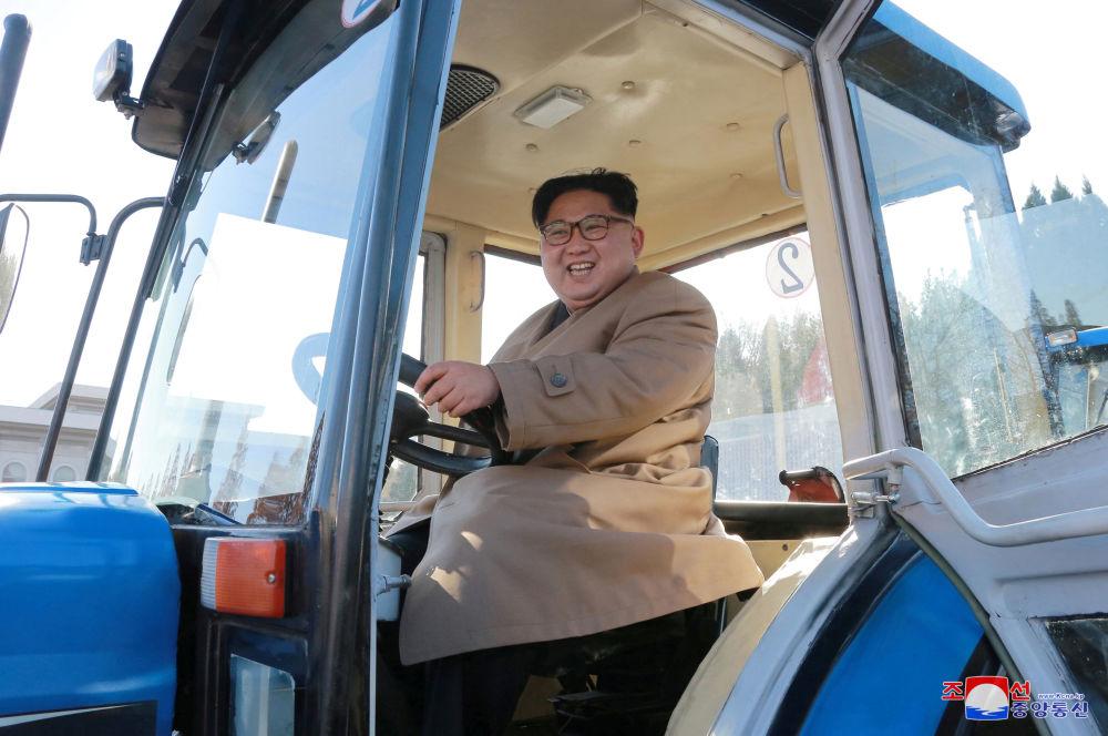 Severokorejský vůdce Kim Čong-un v podniku na výrobu traktorů v Severní Koreji