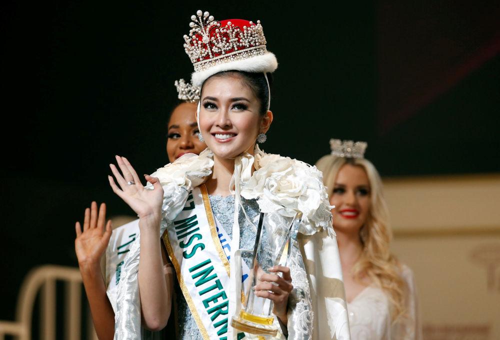 Vítězka soutěže krásy Miss International 2017 v Tokiu Kevin Lilliana z Indonésie