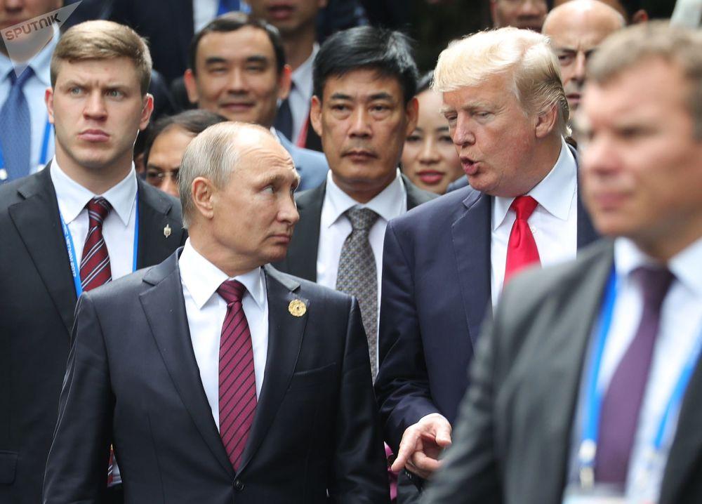 Prezident RF Vladimir Putin a prezident USA Donald Trump na summitu APEC ve Vietnamu