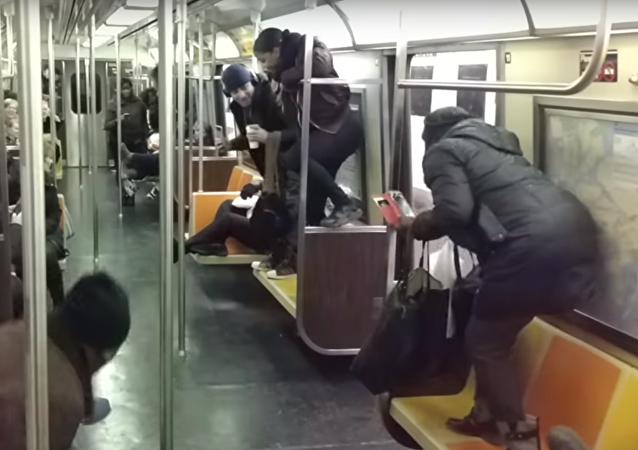 Krysa ve vagónu newyorského metra vyvolala paniku mezi cestujícími