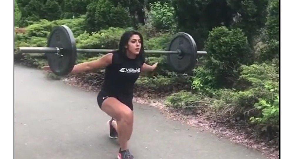 Bohyně fitnessu: sportovkyně ukazuje svoje úžasné tvary