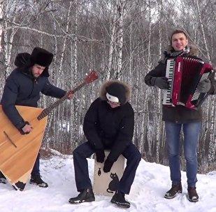 Sibiřané s balalajkou a bubnem natočili klip na superhit Despacito