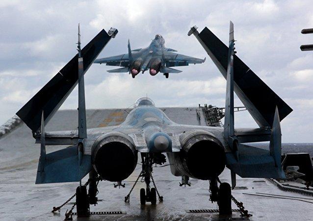 Stíhací letouny Su-33 a MiG-29K na palubě těžkého letadlového křižníku Admirál Kuzněcov