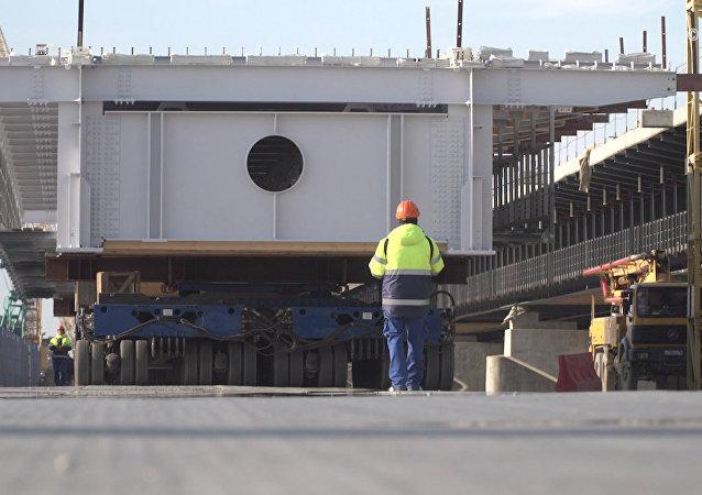 Stavbaři spojili dopravními oblouky jednu z mořských částí mostu na Krym