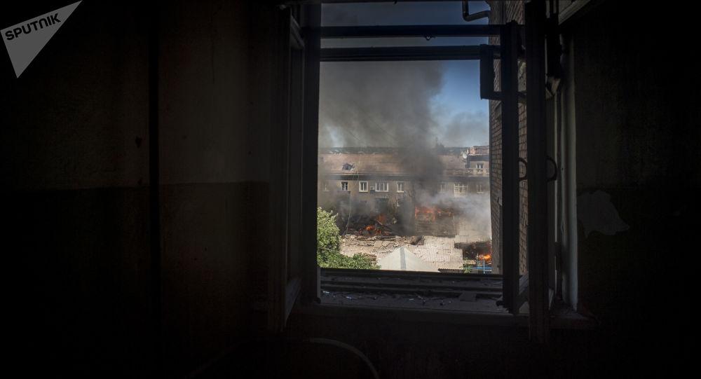 Hořící dům v jedné z luhanských ulic