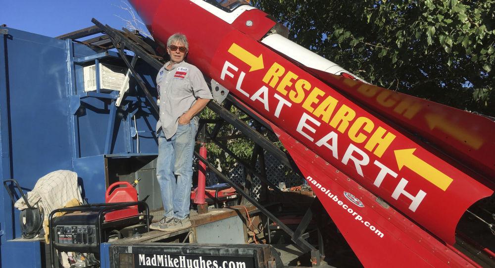 Mike Hughes na pozadí své rakety