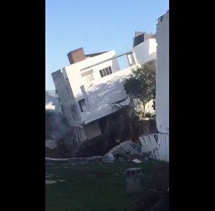 V Mexiku se tři obytné domy propadly do jámy
