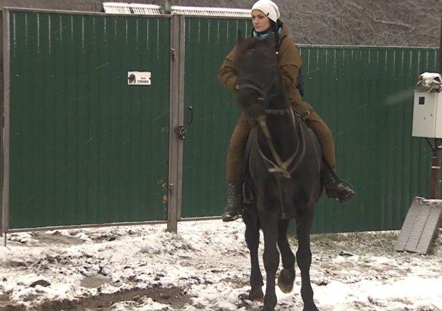 Práce snů: Moskvanka opustila rodné město, aby rozvážela poštu na koni