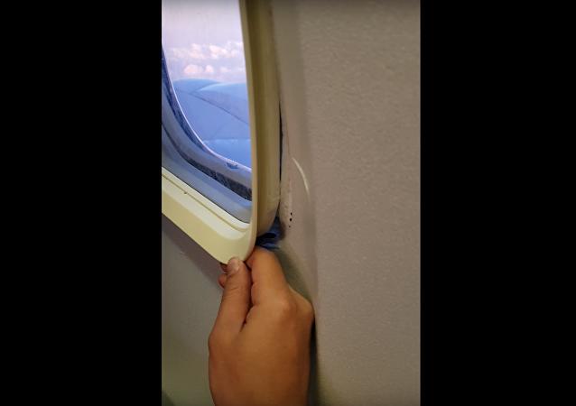 Na internetu se objevilo video z letadla, ve kterém se odlomil kus okna