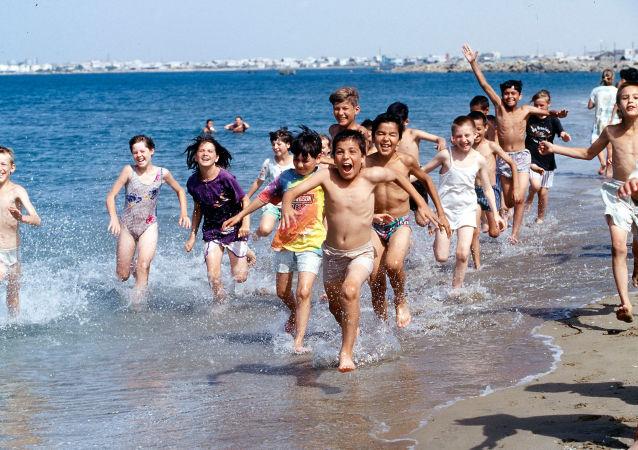 Děti u moře