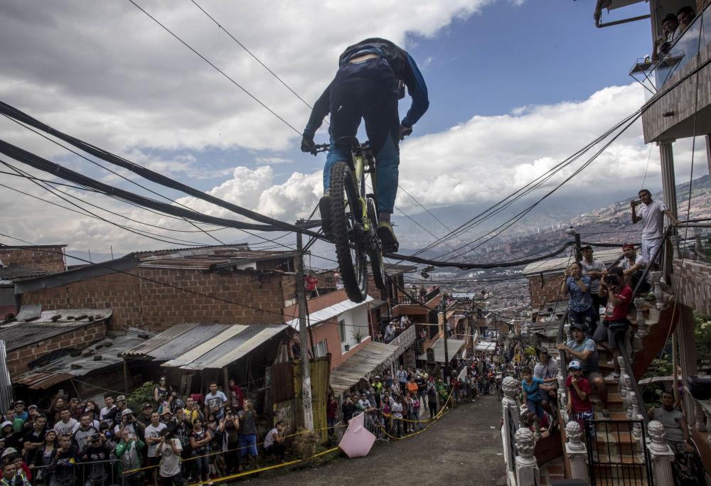 Účastník závodu Urban Bike Inder Medellin ve městě Medellin, Kolumbie