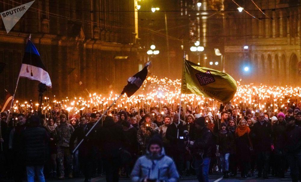 Průvod s pochodněmi v Rize na počest Dne nezávislosti