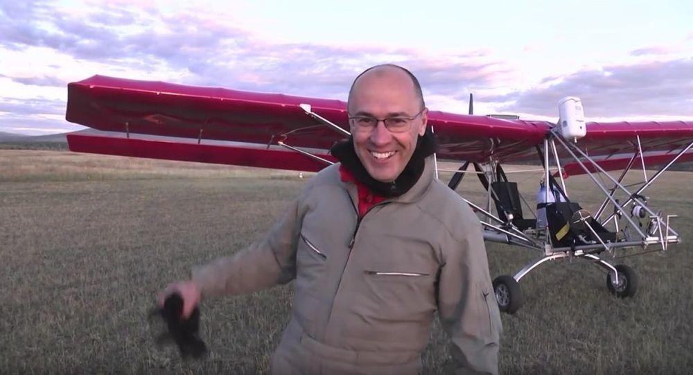 Ruský pilot Leonid Kuleš se svým letounem Dragonfly