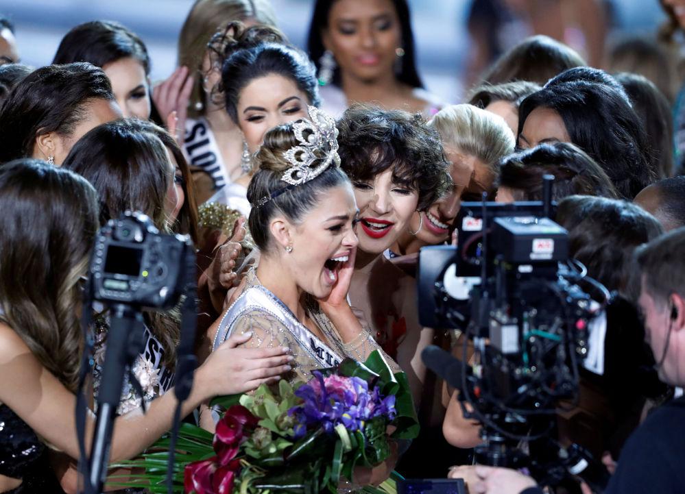 Demi-Leigh Nelová-Petersová z Jihoafrické republiky dostala titul Miss Universe 2017